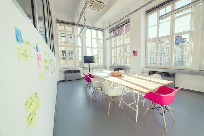 现代开放式办公室会议室装修设计实景图