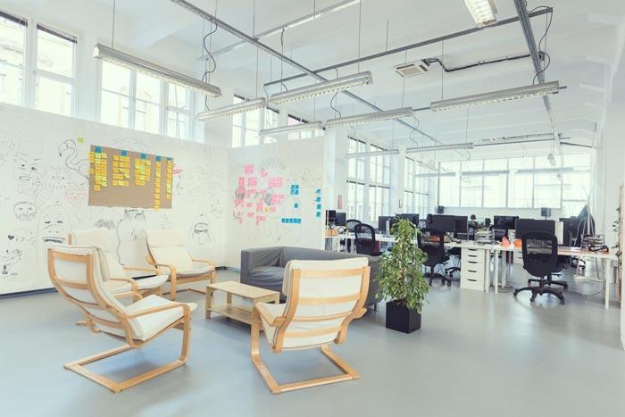 现代开放式办公室交流区域装修设计实景图