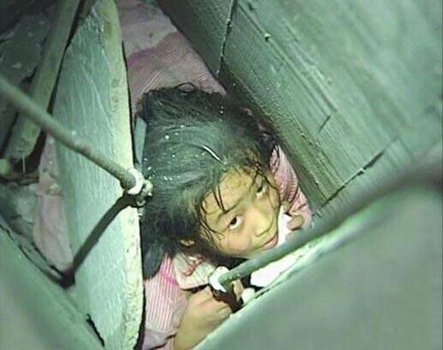 女童楼顶玩耍跌入排烟道示意图