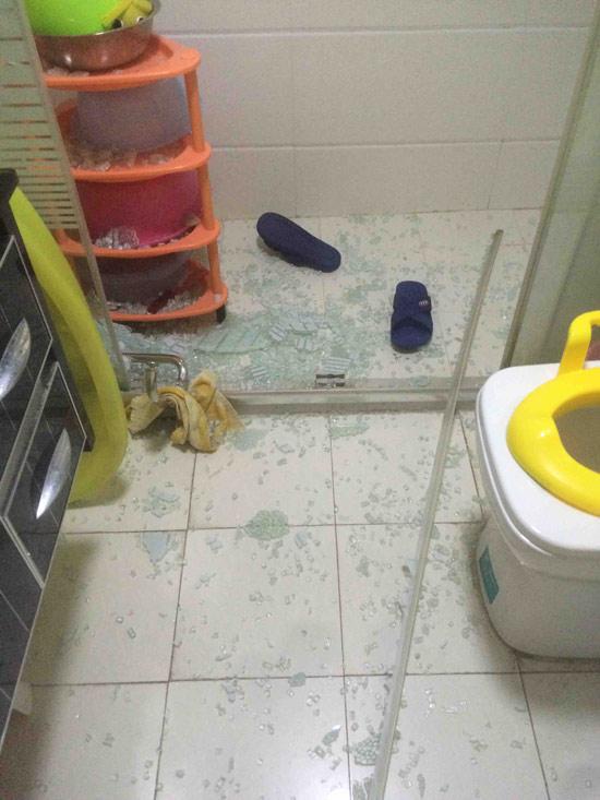 扬州卫生间钢化玻璃爆炸现场画面