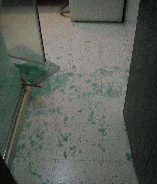 淋浴房钢化玻璃自爆现场画面