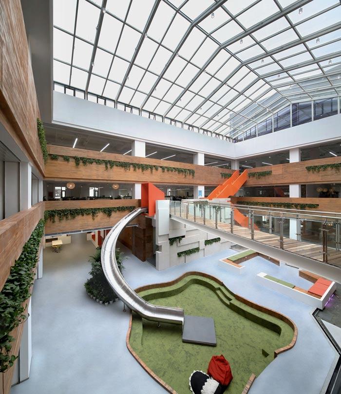 企业总部办公室滑梯装修设计效果图