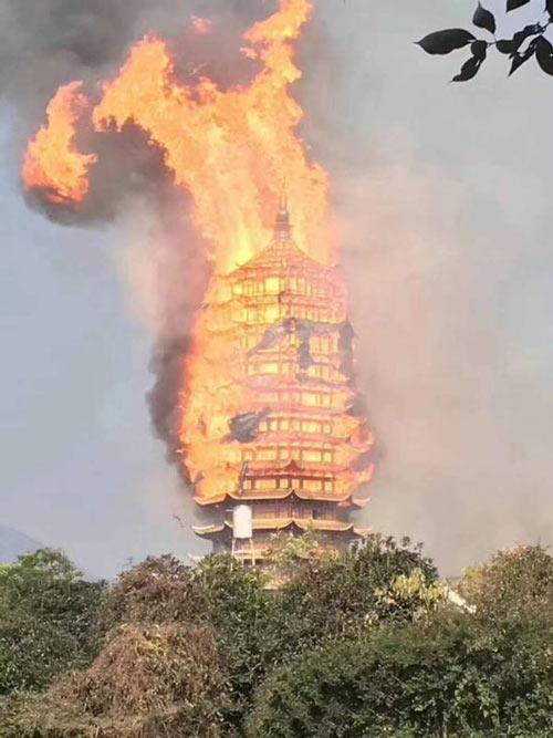 四川亚洲第一高木塔失火现场图